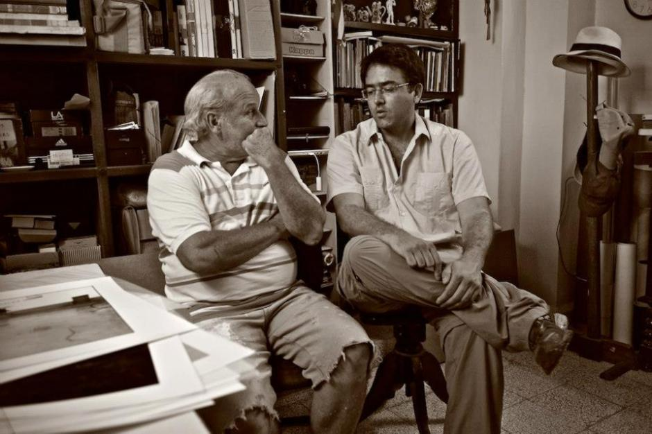 Kike with Cuban photographer Mario René Díaz Leyva (1951) at his home in Havana.